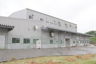 4月に入り工員不在で、製造機械の停止が続く小浜製糖工場(資料写真)