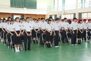 八重山農林高校の入学式で緊張した表情を見せる新入生ら=8日午後、同校体育館