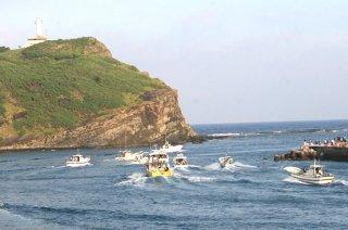 平成最後の夕日を見るイベントが行われる久部良漁港=2010年7月5日