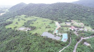 沖縄防衛局が造成工事を予定している旧ジュマールゴルフガーデン。一部で掘削の現場が確認できる=13日午前