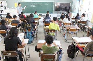 全国学力・学習状況調査に参加する平真小学校の6年生ら=18日午前、同校