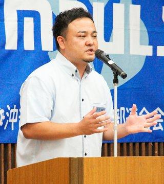 「若い経営者の主張発表大会」の先島大会で発表する宮城智一さん。先島代表に選ばれた=20日午後、石垣市商工会館2階ホール