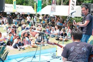 約600人が来場し盛り上がる船浮音祭り=20日午後、西表船浮のかまどま広場