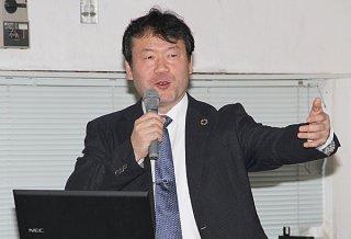 持続可能な開発のための教育などについて講演する日本ユネスコ国内委員会委員でもある及川幸彦博士=25日午後、竹富町教育委員会2階大ホール