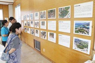 川平大兼久古墓群の発掘調査の展示を興味深そうに眺める人々=28日午後、川平農村集落センター