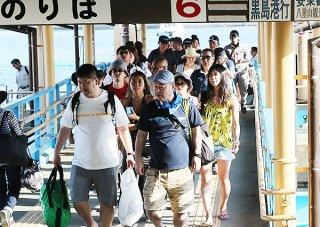 石垣島と各離島を結ぶ離島ターミナルは観光客であふれた=29日午後、離島ターミナル