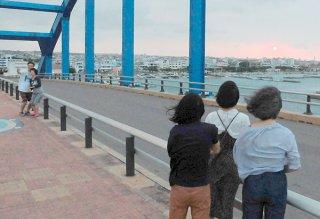 令和元年最初の日の出に見入る人たち=1日午前6時20分すぎ、サザンゲートブリッジ