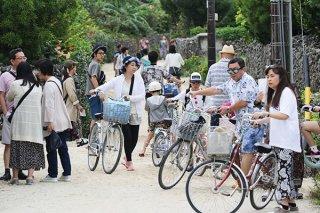 行き交う観光客らで混雑する集落内=3日午後、竹富島