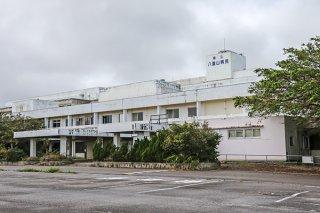 今年度下半期に解体工事が計画されている旧県立八重山病院の建物=13日午後、石垣市大川