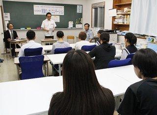開講した「無料塾」石垣教室。定員40人に達するまで入塾者を募っている=15日夜、アルファ進学スクール