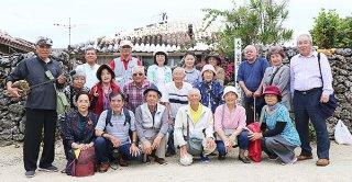 安里屋クヤマの生家前で「安里屋ユンタ」を合唱したゴッカンナーの会の皆さん=17日午後、竹富島
