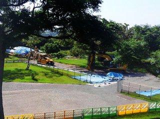 重機による工事を再開した現場=25日午前、旧ジュマールゴルフガーデン(石垣島に軍事基地をつくらせない市民連絡会提供)
