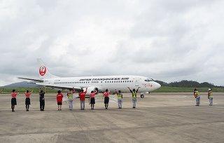 ラストフライトのボーイング737ー400型機を見送るJTAの職員たち=26日午後、南ぬ島石垣空港(日本トランスオーシャン航空㈱八重山支社提供)