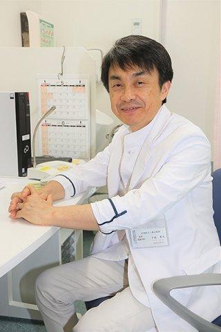 県立八重山病院に初めて開設された放射線治療外来で診察を行う戸板孝文医師=4日午後、八重山病院