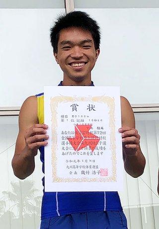 男子100㍍で優勝した八重山高校の下地駿麻=14日、鹿児島市の白波スタジアム(同校提供)