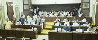 平得大俣地域への陸上自衛隊配備計画の賛否を問う住民投票条例案に起立して賛成する野党8人(左側)。少数で否決された=17日午後、本会議場