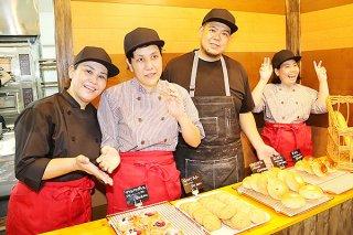 オープンしたパン工房「はらぺこポケット」で運営を担う八重山育成園の職員や利用者ら=18日午前、石垣市大川の同工房