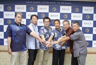 業務協力協定を結んだ琉球大学工学部付属地域創生研究センターの神谷大介准教授(左から2人目)と4社の代表ら=19日午前、同大学