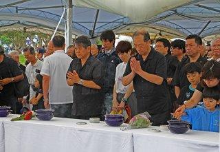 焼香を行う参列者=23日午後、糸満市摩文仁の平和祈念公園