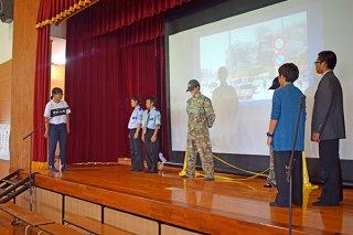 平和集会で、練習してきた平和劇を披露する中学生たち=20日、小浜小中学校(同校提供)