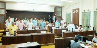 議会の解散に関する決議案に起立して賛成する議員12人。特例法規定の同意者数に達せず、否決となった=28日午後、本会議場