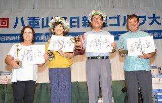 八重山毎日親睦ゴルフで入賞を果たした(右から)狩俣さん、濱川さん、伊志嶺さん、川俣さん=6月30日夜、ANAインターコンチネンタル石垣リゾート