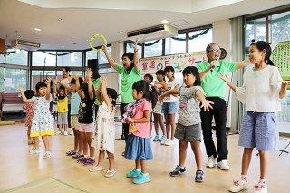 ダンスやコーラスに加わり童謡の日を楽しむ子どもたち=1日夕、バンナ公園南口管理棟