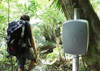 西表島の各フィールド利用者把握のため設置されているカウンター(右)=6月29日午前、ピナイサーラの滝下歩道