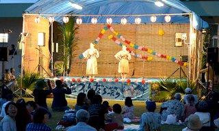 「野底つぃんだら祭り」が盛大に開かれ、ステージで「つぃんだら節」が披露された=13日夜、野底小学校グラウンド