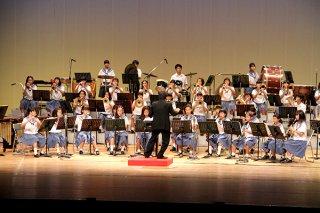「サマーコンサート2019」で練習の成果を披露する石垣第二中学校吹奏楽・マーチングバンド部の部員ら=19日夕、石垣市民会館大ホール