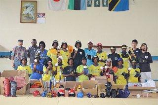2014年に石垣島から提供された野球道具を手に取るザンジバル島の子どもら(上原拓代表提供)