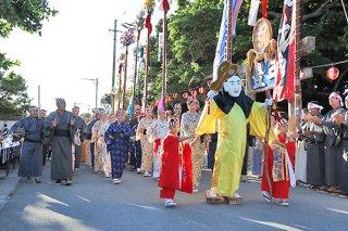 行列をつくり来訪する弥勒加那志。村に繁栄をもたらす。=29日夕、飾場御嶽