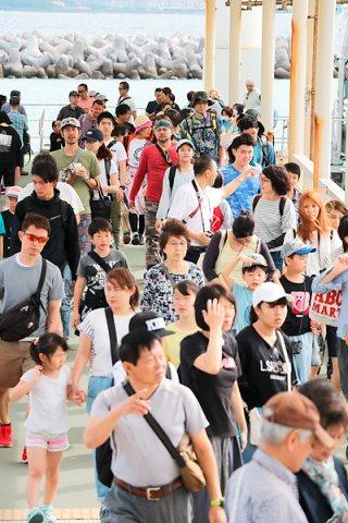 竹富島を訪れる観光客。入域料の導入が計画されているが、船会社の合意が得られず、島内で徴収することになっている(資料写真)