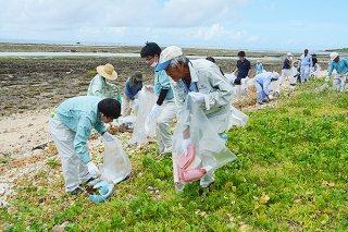 大浜海岸で行われた「河川・海岸愛護月間」のモデル清掃。参加者が漂着ごみなどを回収する=7月31日午前、大浜海岸