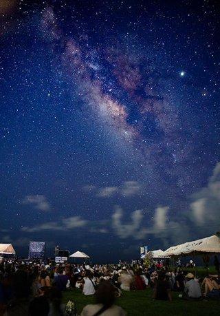 ライトダウンにより浮かび上がった満天の星空。天の川を中心に無数の星が広がった=3日午後9時28分、南ぬ浜町緑地公園(30秒露光)