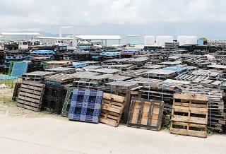 荷物を運ぶ際の土台として使用されるパレット=4日午後、黒島港