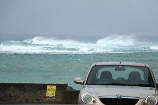 徐々に風が強まり、海上も荒れ出した=8日午後3時ごろ、大浜海岸