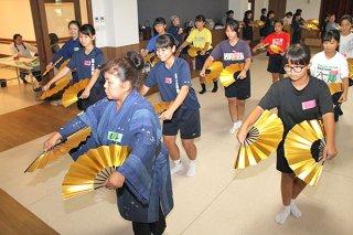 「八重山の踊りワークショップ」で師範らに八重山舞踊を習う石垣市内の中学生ら=11日午後、特別養護老人ホームまえさと茶寿苑