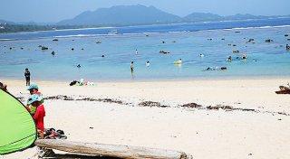 夏休み真っただ中、多くの利用者が訪れる米原海岸=12日午前、同海岸