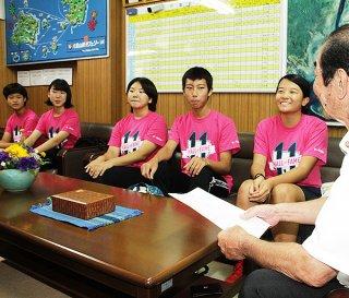 米国で行われたホームステイ事業の報告を行う生徒ら=19日午後、竹富町役場