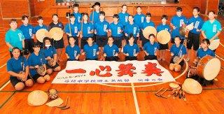 第19回全国中学校総合文化祭富山大会に、2年連続の沖縄県代表として出場する石垣中学校郷土芸能部=18日午前、同校体育館