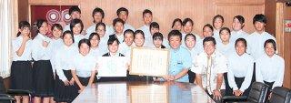第30回全国高等学校総合文化祭優秀校東京公演出場を中山義隆市長へ報告した八重山農林高校郷土芸能部の部員ら=21日午後、市役所庁議室