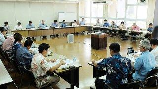 石垣市の人手不足の実態調査業務について説明を受ける委員ら=26日午後、市役所会議室