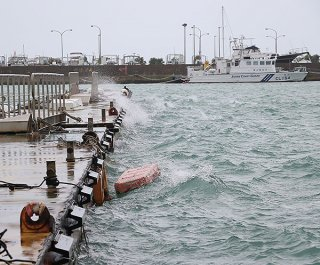 台風13号の接近で大しけとなる海上=5日午後3時半ごろ、浜崎町
