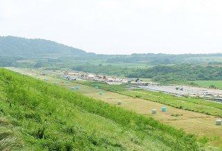国営石垣島改良事業で整備されている太陽光発電施設(右側)=14日、底原ダム