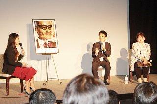 舞台あいさつで、映画作品に込めた思いを語る佐古忠彦監督(中央)。右は内村千尋さん=16日午後、ゆいロードシアター
