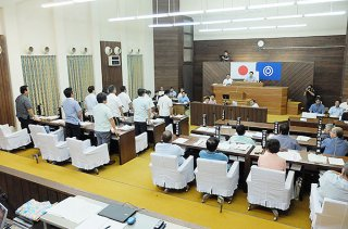 NHKテレビ番組「あさイチ」の石垣島陸上自衛隊配備計画に関する放送内容に抗議する決議案に賛成する与党議員(左側)。多数で可決された=17日午前、本会議場
