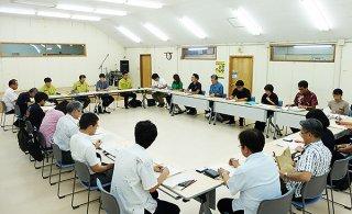 沖縄地域での希少な野生動植物の密猟・密輸対策連絡会の八重山担当者会議に出席する関係機関の担当者ら=20日午前、竹富町役場2階ホール
