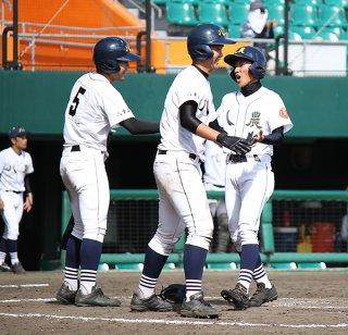 八回裏、再逆転のホームを踏む大浜圭人(右)=28日午後、沖縄セルラースタジアム那覇