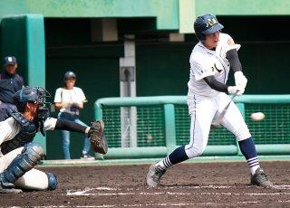 七回表、逆転の適時打を放つ砂川将吾=29日午後、コザしんきんスタジアム